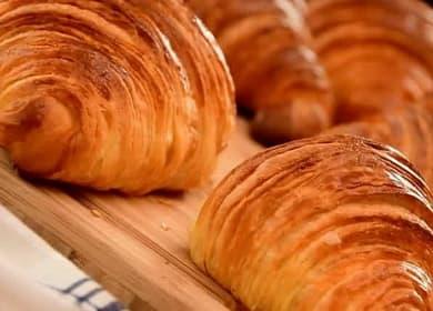 Круассаны из слоеного дрожжевого теста — рецепт французской выпечки