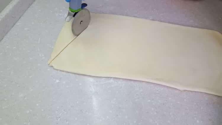 Для приготовления круассанов из слоеного теста разрежьте тесто