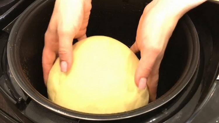 Для приготовления кукурузного хлеба выложите тесто в чашу