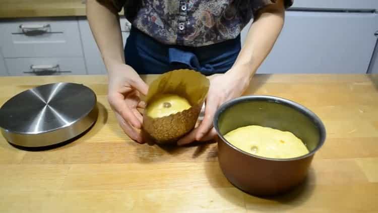 Для приготовления заварного кулича положите тесто в форму