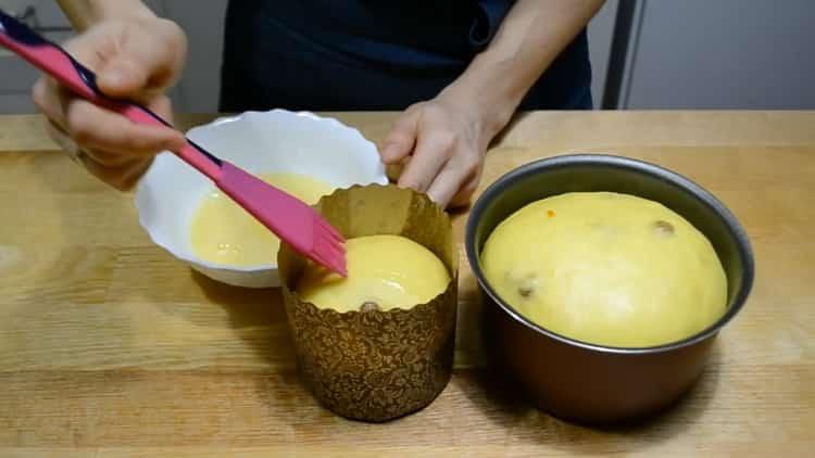 Для приготовления заварного кулича смажьте тесто яйцом