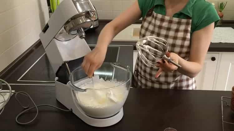 Для приготовления кулича с цукатами взбейте белки