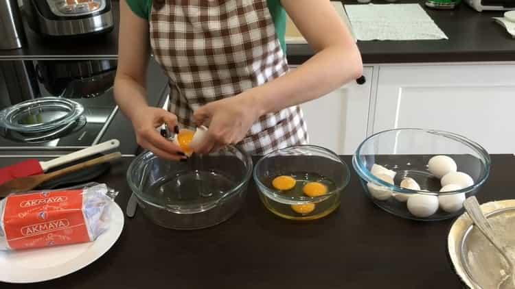 Для приготовления кулича с цукатами отделите белкт от желтков