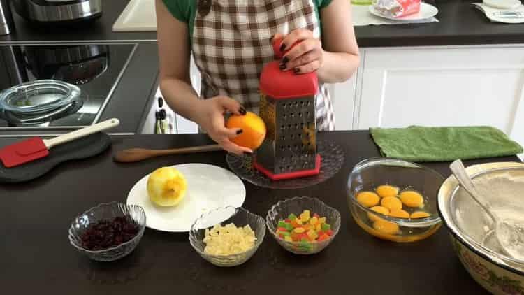 Для приготовления кулича с цукатами подготовьте цедру