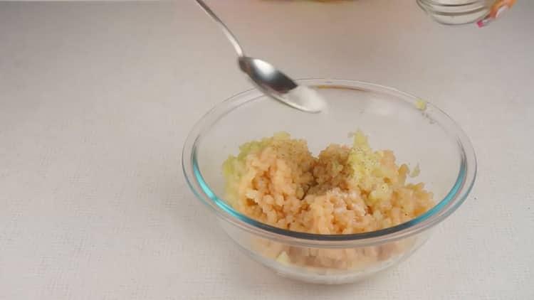 Для приготовления ленивых беляшей с фаршем, смешайте ингредиенты