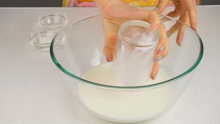 Для приготовления ленивых беляшей с фаршем, подогрейте молоко