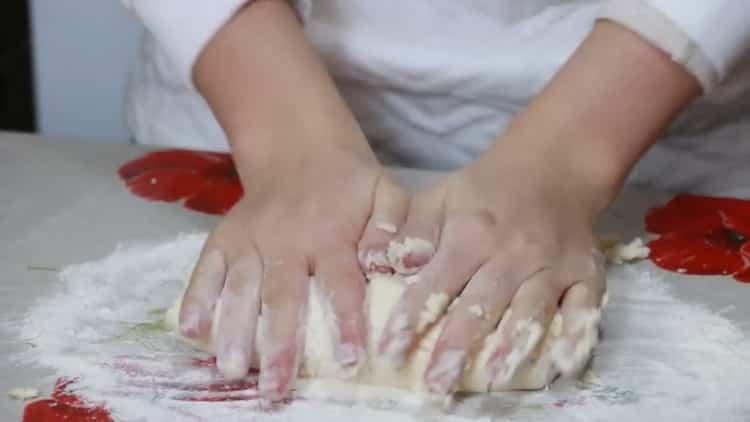 Для приготовления ленивых вареников замесите тесто