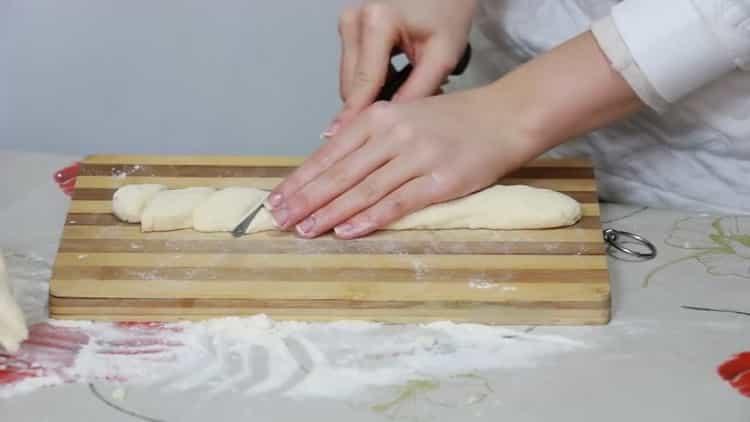 Для приготовления ленивых вареников нарежьте тесто