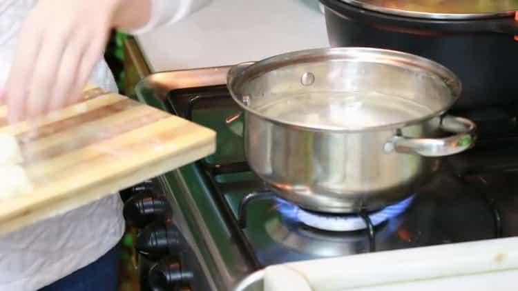 Для приготовления ленивых вареников закипятите воду