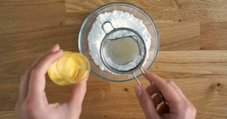 Для приготовления лимонного кекса приготовьте глазурь