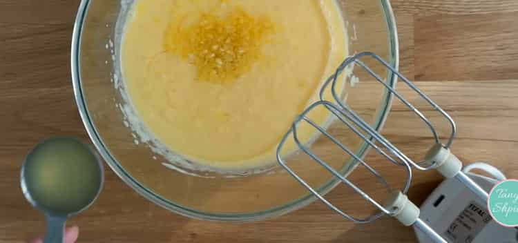 Для приготовления лимонного кекса приготовьте тесто