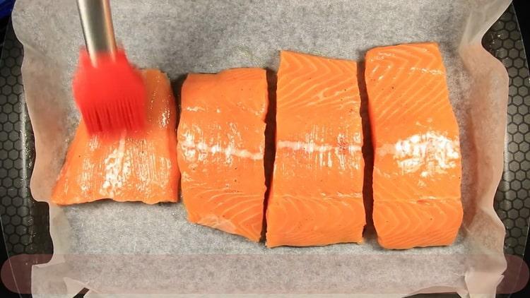 Для приготовления лосося в сливочном соусе смажьте маслом рыбу