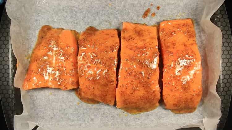 Для приготовления лосося в сливочном соусе разогрейте духовку