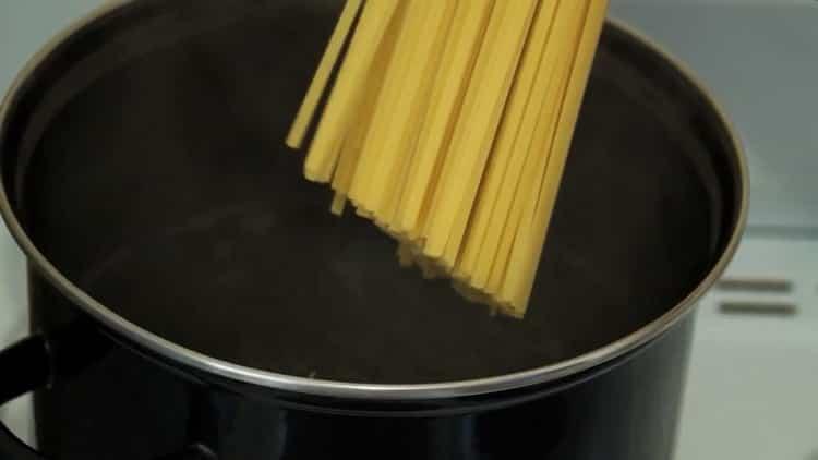 Для приготовления спагетти сварите макароны