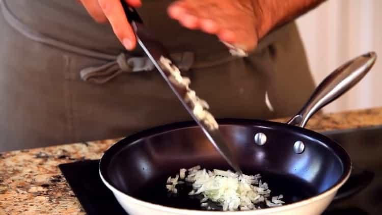 Для приготовления спагетти обжарьте лук