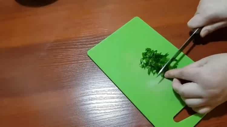 Для приготовления макарон нарежьте зелень