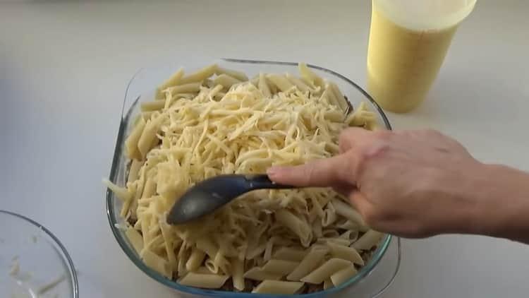 Для приготовления макарон выложите сыр