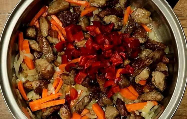 Для приготовления макарон, добавьте томатную пасту