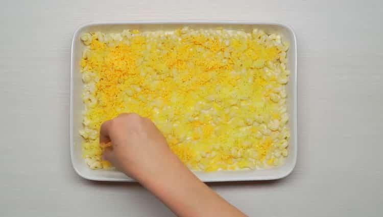 Для приготовления макарон затрите сыром