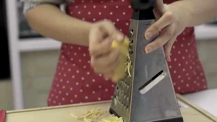 Для приготовления макарон натрите сыр