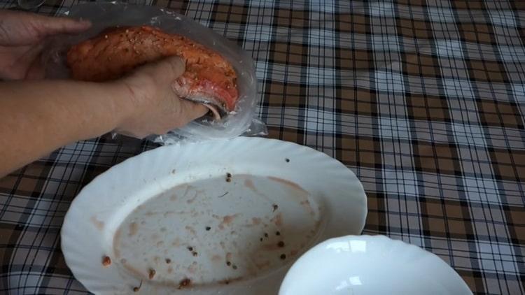 Для приготовления малосольной горбуши положите рыбу в пакет