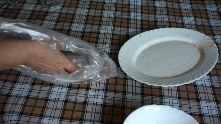 Для приготовления малосольной горбуши положите рыбу в холодильник