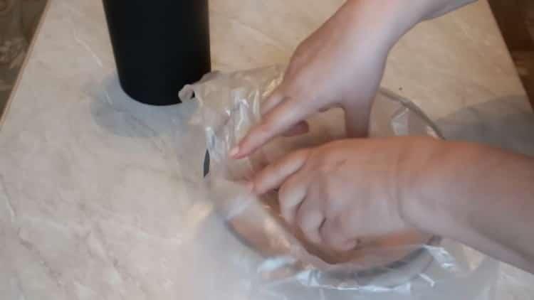 Для приготовления маринованной горбуши положите рыбу в миску