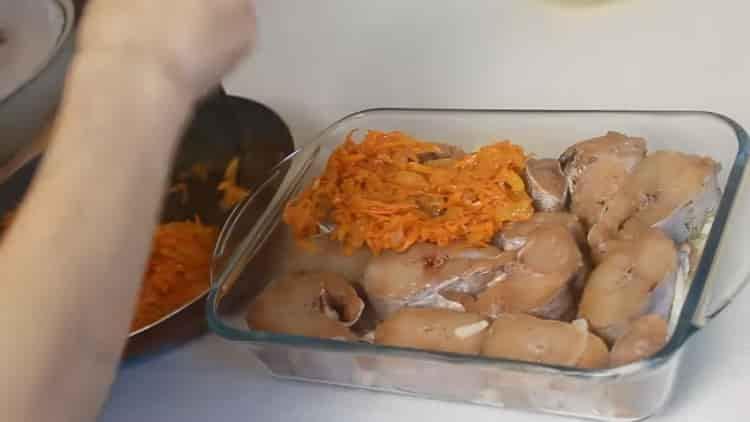 Для приготовления минтая выложите морковь на рыбу