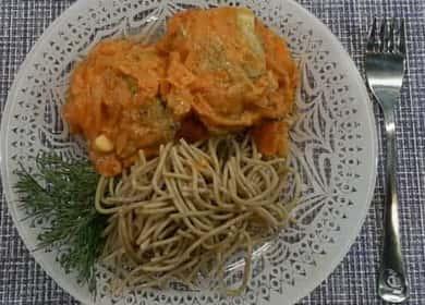 Минтай с овощами тушеный в сметанном соусе — идеально подходит для повседневного меню