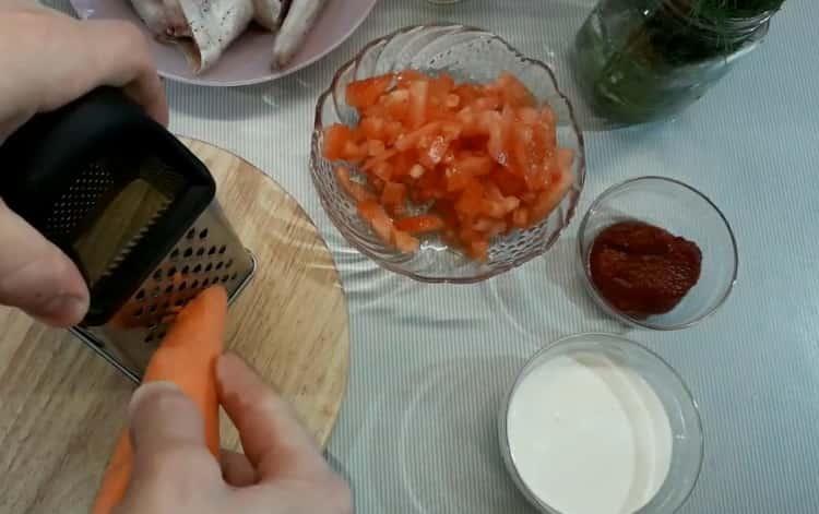 Для приготовления минтая в сметанном соусе нарежьте морковь