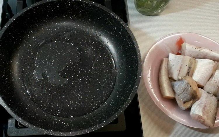 Для приготовления минтая в сметанном соусе разогрейте сковородку