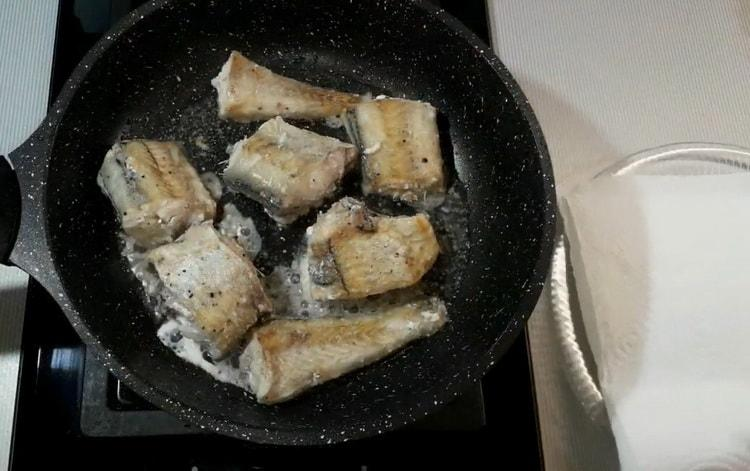 Для приготовления минтая в сметанном соусе обжарьте рыбу