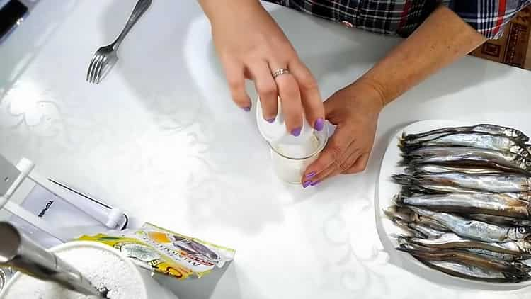 Для приготовления мойвы в духовке с корочкой смешайте ингредиенты