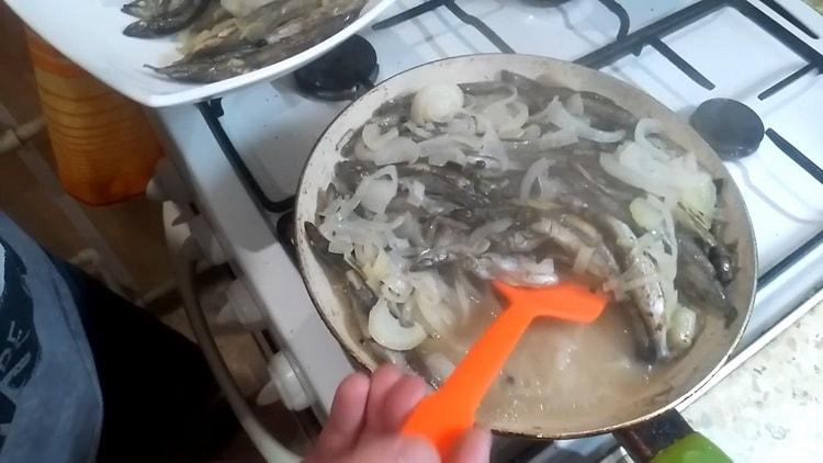 Для приготовления мойвы протушите ингредиенты