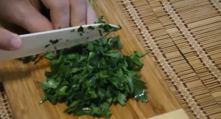 Для приготовления морского языка в духовке, нарежьте зелень
