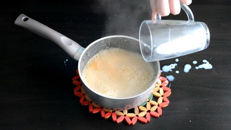 Для приготовления начинки для эклеров добавьте молоко