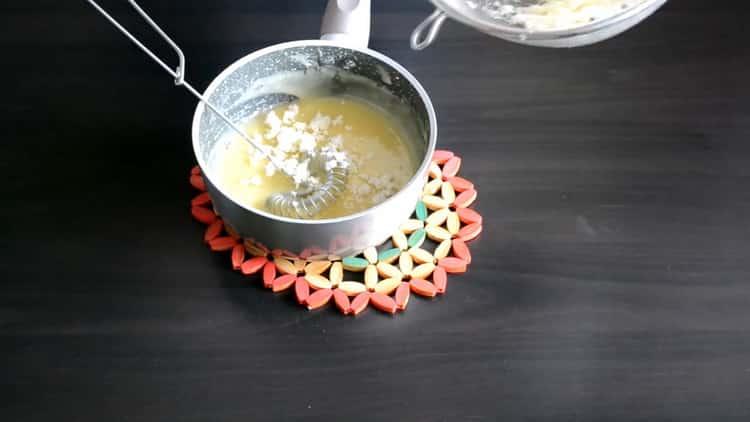 Для приготовления начинки для эклеров добавьте сливки