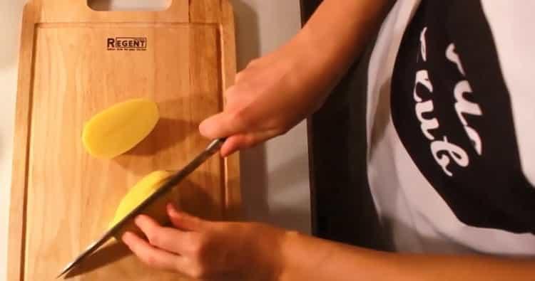 Для приготовления норвежского супа из семги со сливками. подготовьте ингредиенты