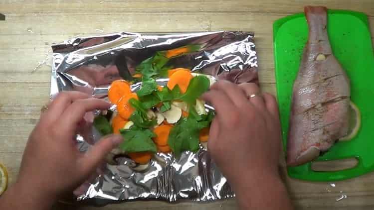 для приготовления окуня в духовке в фольге, выложите ингредиенты на фольгу