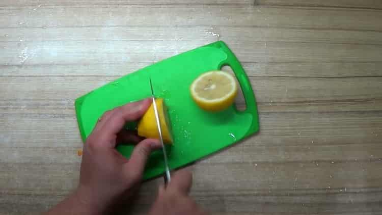 для приготовления окуня в духовке в фольге, нарежьте лимон