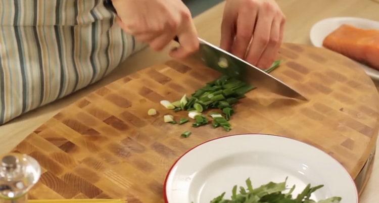 Для приготовления пасты с лососем нарежьте зелень