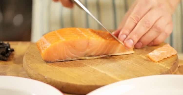 Для приготовления пасты с лососем нарежьте рыбу