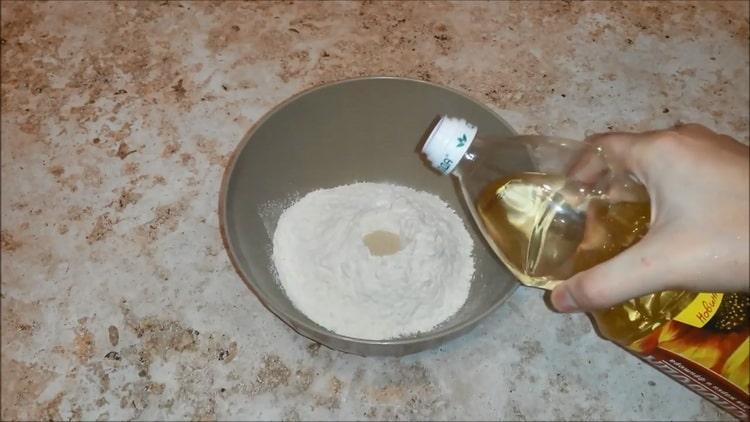 Для приготовления пиццы с колбасой и сыром, добавьте масло