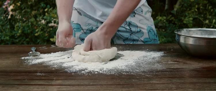 Для приготовления пиццы с креветками замесите тесто