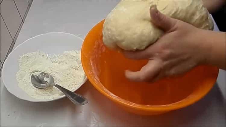 Для приготовления плюшек с сахаром, приготовьте тесто