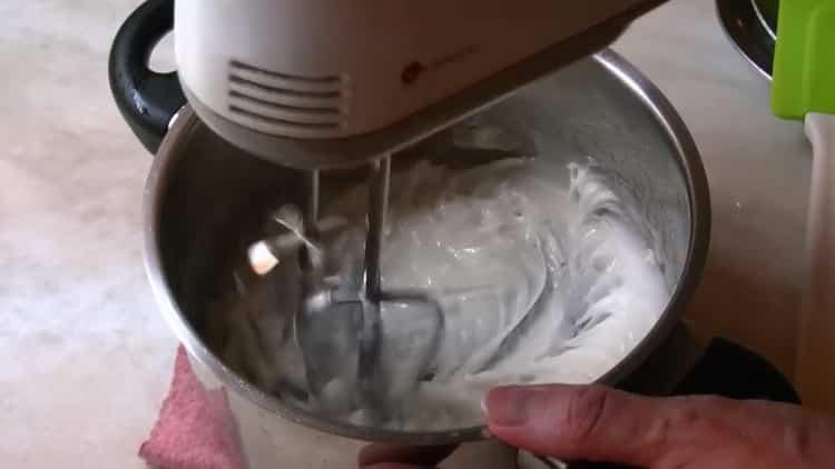 Для приготовления помадки для булочек подготовьте миксер