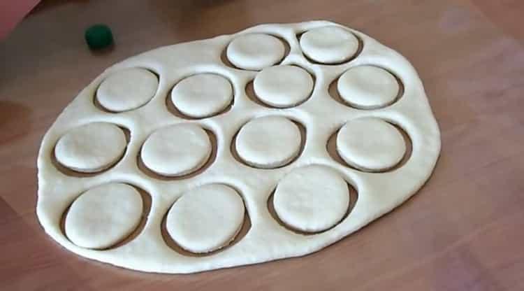 Для приготовления пончиков вырежьте круги