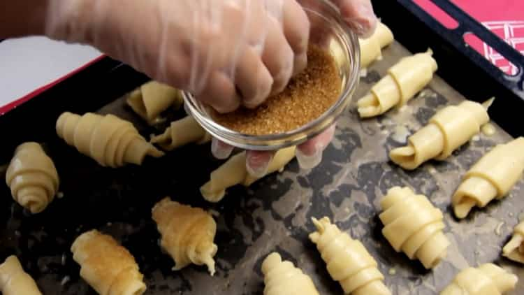 Для приготовления рогаликов из слоеного теста, подготовьте сахар