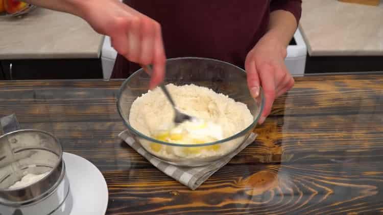 Для приготовления рогаликов на сметане добавьте сметану