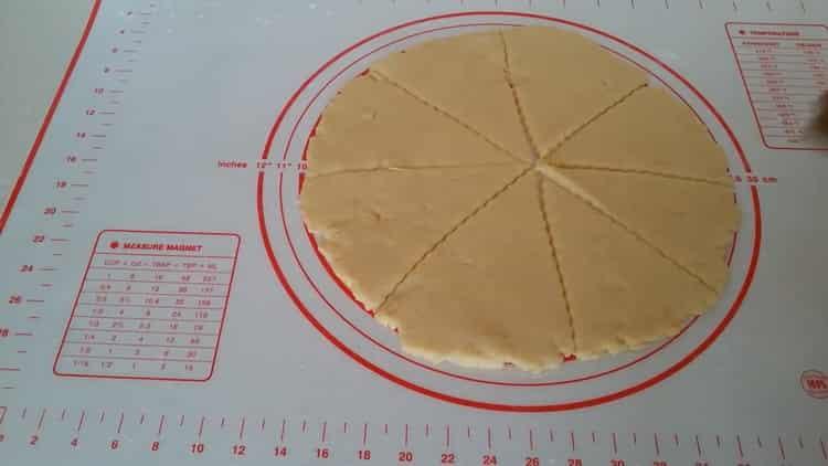 Для приготовления рогаликов со сгущенкой нарежьте тесто